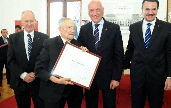 Diplomado. Miguel Angel Robles recibe la distinción de manos de Bonfatti