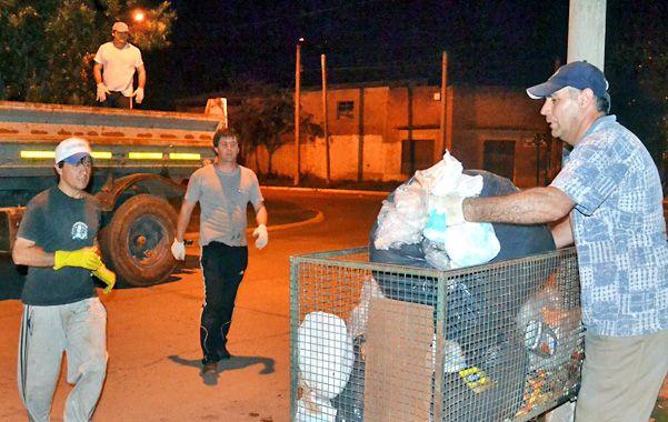 Manos a la obra. Dehesa y varios de sus funcionarios salieron el jueves a la noche a levantar las bolsas.
