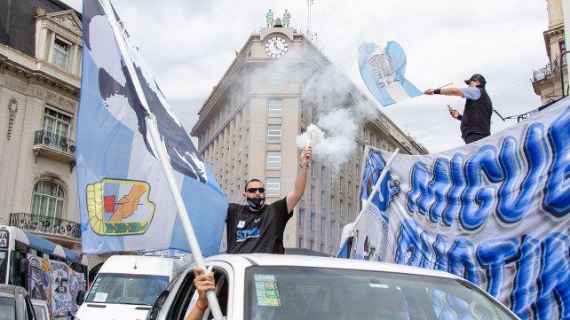 Con banderas y bocinazos