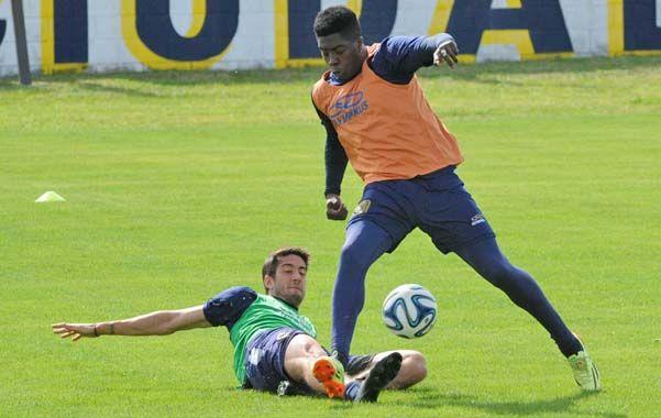 El Tren no frena. José Valencia disputa la pelota con Berra. El colombiano jugará por Abreu y el defensor no estará entre los once.