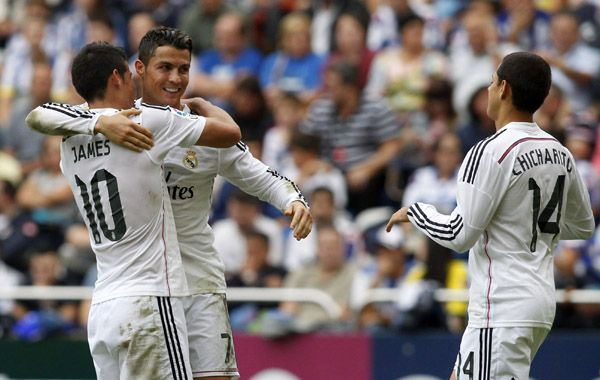 Rolando se abraza con James Rodrñiguez tras marcar su segundo gol. (Foto: Reuters)