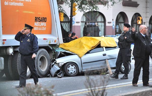 Sin cinturón. Los cuatro jóvenes fallecieron inmediatamente por la magnitud del impacto. Los semáforos estaban funcionando correctamente.