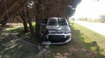 Barrio Los Raigales. El conductor del Citroën Air Cross gris perdió el control, cruzó la zanja, se estrelló contra el alambrado y los tres ocupantes huyeron corriendo a campo traviesa.
