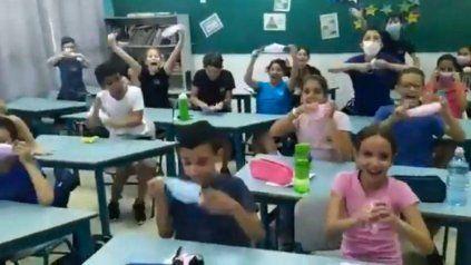 Video: la reacción de niños de una escuela en Israel al enterarse que no usarán más barbijos