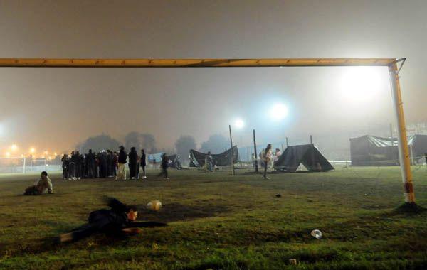 Unas veinte familias usurparon los terrenos del club. (foto: Celina Mutti Lovera)