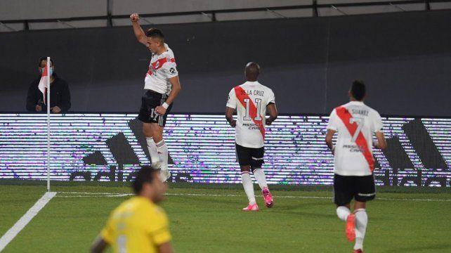 Borré salta y festeja la apertura. Lo corren De la Cruz y Suárez. Broun lo sufre.