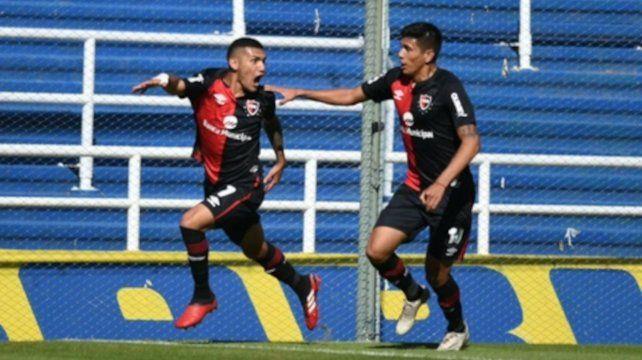 Enzo Cabrera festeja su gol el primero en el clásico de reserva jugado ayer.
