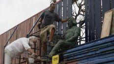 Los trabajos para instalar la estatua empezaron este lunes en el Gabino Sosa.