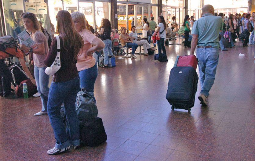 Destino. María Pesoa llegó a la terminal de ómnibus de Santa Fe para buscar a su hijo supuestamente raptado. (gentileza Diario Uno de Santa Fe)
