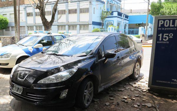 Bajo custodia. El Peugeot 408 utilizado por la banda estaba estacionado ayer frente a la seccional 15ª. (A.Celoria)