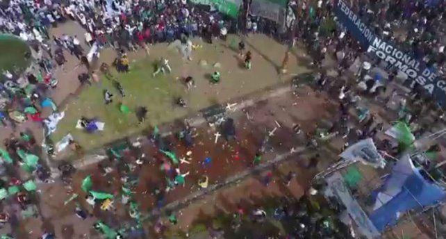 Incidentes entre manifestantes frente al escenario en la previa del acto de la CGT