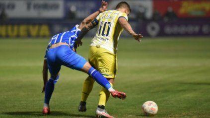 Aguanta. Vecchio, quien volvió tras la lesión, cubre la pelota ante el asedio de un jugador del Tomba.