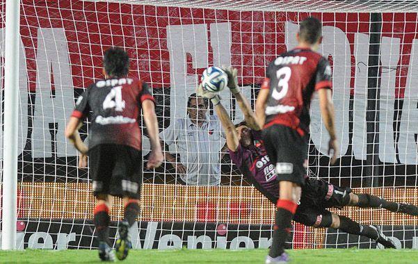 Se lució. El arquero Montoya atajó un penal cuando terminaba el partido.