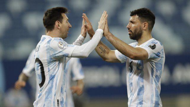 Lio Messi festeja el segundo gol de su equipo con su compañero Sergio Agüero. AP Photo / Bruna Prado