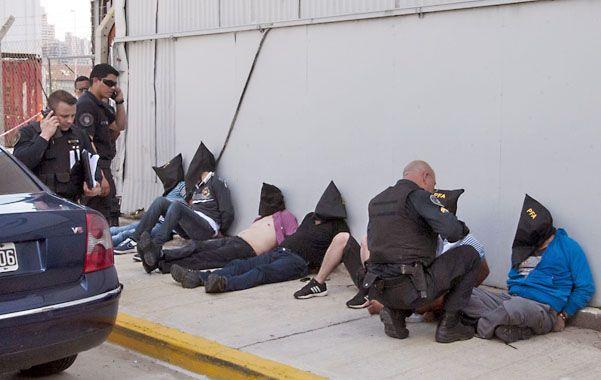 Hasta las manos. Los siete integrantes de la banda de colombianos fueron detenidos en la autopista Arturo Illia.
