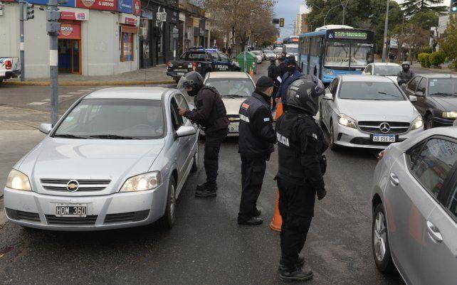 Comenzaron los estrictos controles en las calles de Rosario. Personal policial y de la secretaría de Control y Convivencia participan de los operativos