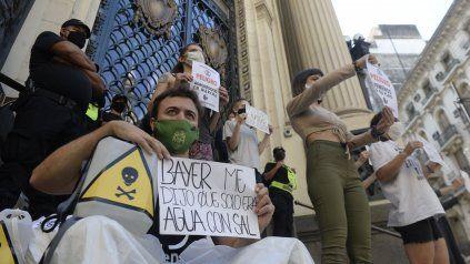 Protesta frente a la Bolsa de Comercio por el primer remate de soja.