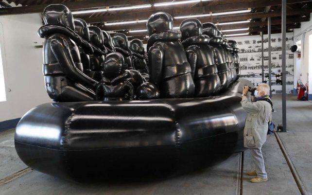 Un fotógrafo retrata una obra de arte del artista chino disidente Ai Weiwei