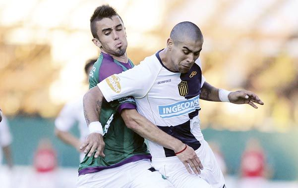 Lucha. Méndez disputa la pelota con Chimino. El partido no fue de alto vuelo.