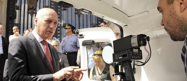 A controlar. El gobernador presentó el lunes en sociedad los primeros radares que comenzarán a instalarse en la autopista a Santa Fe.