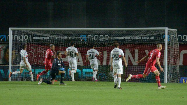 El golpe letal. El Demonio Hauche ya convirtió el gol del bicho y los jugadores de Newells lo padecen.