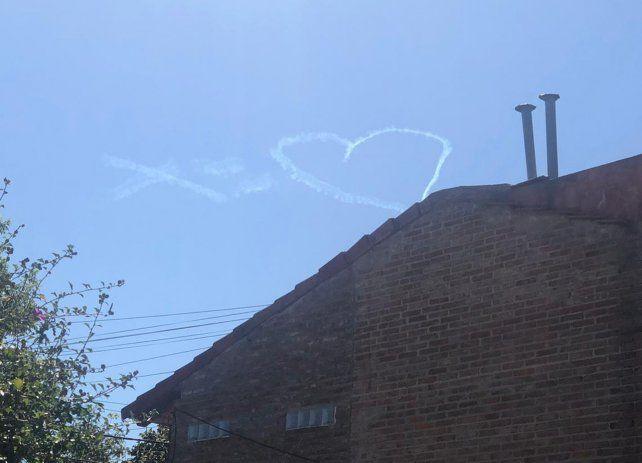 Un corazón blanco en el cielo rosarino asombró a los ciudadanos.