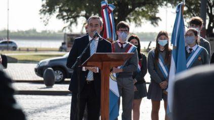 El intendente Pablo Javkin durante el acto realizado en el Monumento a la Bandera por el día de la Virgen del Rosario.