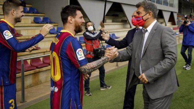 Messi y Laporta se dan la mano. La continuidad del rosarino en Barcelona podría sellarse la semana próxima.