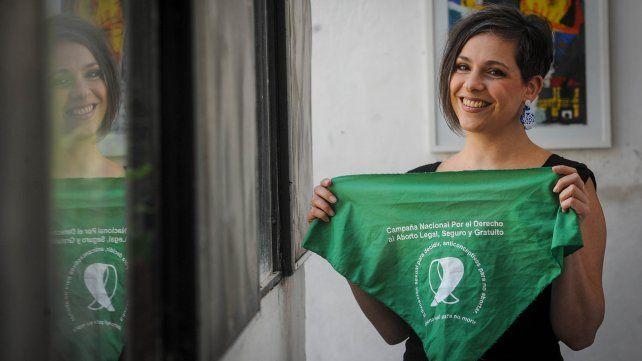 Dahiana Belfiori sostiene el pañuelo verde de la Campaña Nacional por el Derecho al Aborto Legal, Seguro y Gratuito.