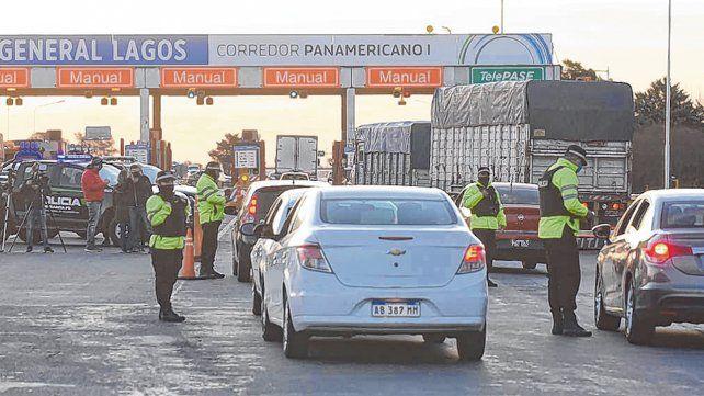 Autopista a Buenos Aires. Uno de los puestos de control está en el peaje de General Lagos.