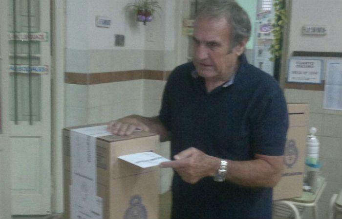 El senador nacional por Santa Fe votó en la escuela Almirante Brown de Llambi Campbell. (Foto: Prensa Reutemann)