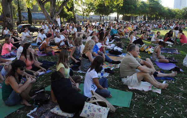 Meditación masiva. Pese al calor