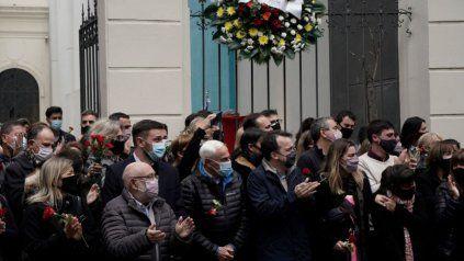 Llegan las exequias de Miguel Lifschitz a la Biblioteca Argentina, donde familiares, amigos y allegados lo despidieron con rosas rojas y aplausos.