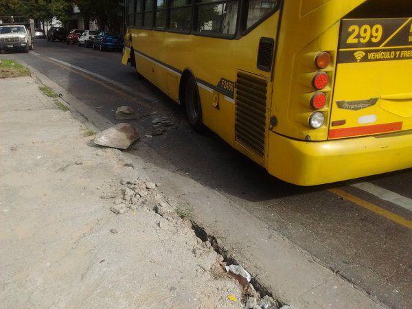 Destrozos. Por el accidente se desprendieron bloques de granito.