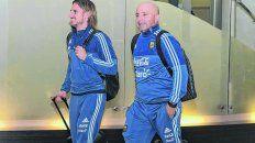 Sonrisa de arranque. Beccacece y Sampaoli en el aeropuerto, con la satisfacción del triunfo ante Brasil.
