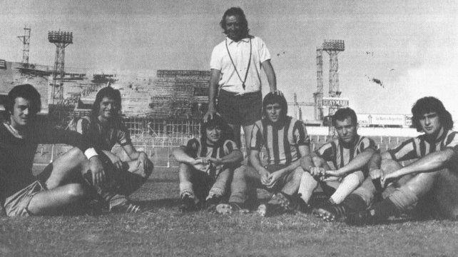 Griguol en 1974 en la vieja cancha de Central en remodelación con el Oso Ferrero, el Pío Cabral, Eduardo Cáceres, Carlos  Aimar, José Van Tuyne y Mario Kempes.