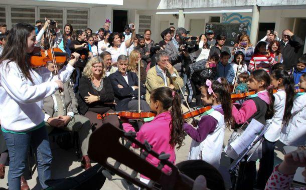 Binner estuvo junto a la ministra de Educación Claudia Balagué de la entrega de instrumentos a una escuela de barrio Tío Rolo.