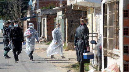 Personal de salud salió a vacunar en los barrios de Rosario.