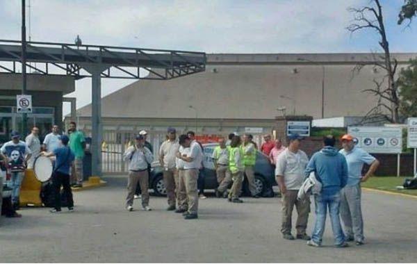Los trabajadores aceiteros en la puerta de la planta de Cargill en Alvear.