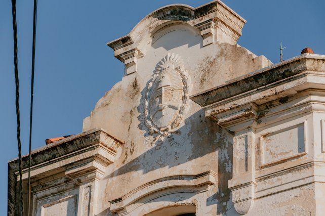 La fachada. El edificio se inauguró en 1937 y está muy deteriorado.