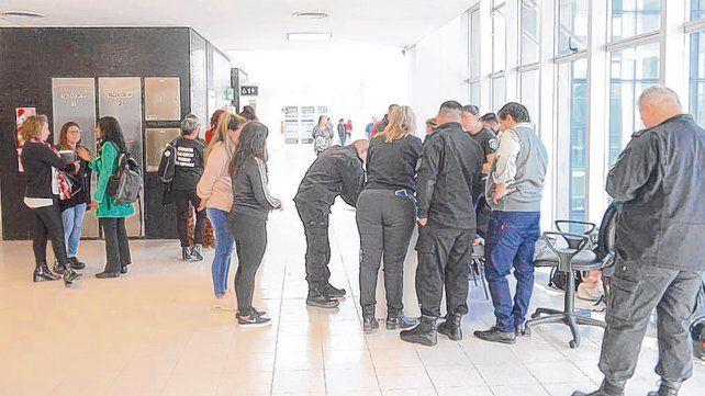 Entre la gente. Teletubi caminó por los pasillos hasta salir por la puerta principal del Centro de Justicia Penal.