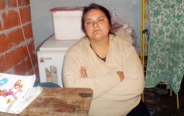 """En su casa. Liliana contó su historia: """"Los envolvieron (a los bebés) en sus camperas y se los llevaron""""."""
