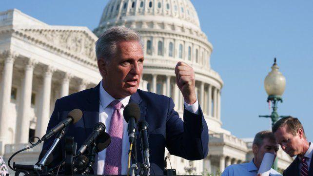 Un congresista de Estados Unidos bromeó con agredir a una mujer y desató un escándalo