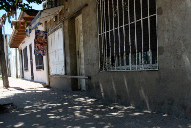 Los pistoleros descargaron varios disparos contra el frente del comercio ubicado en Eva Perón 1165