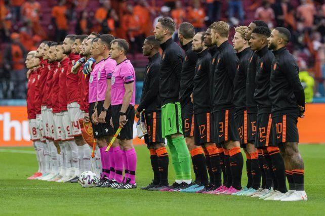 Los equipos de Holanda y Macedonia del Norte se forman durante los himnos nacionales antes del partido del grupo C del campeonato de fútbol de la Euro 2020 en el Johan Cruyff Arena en Ámsterdam
