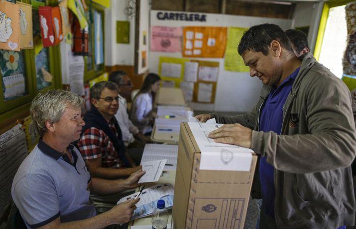 Desde temprano los argentinos se acercan a las urnas para votar.