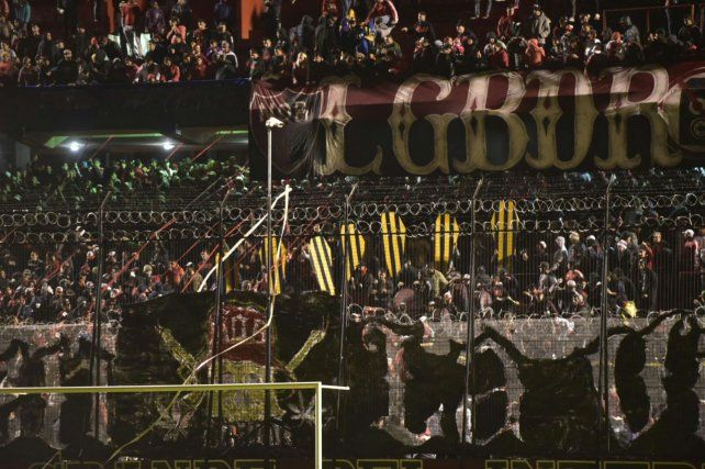 Los hinchas leprosos exhibieron ataúdes con los colores de Central en el banderazo.