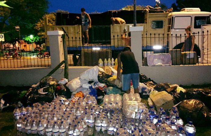Un camión con donaciones descarga mercaderías en Santa Rosa de Calchines (Foto: Facebook Haciendo lío Rosario)