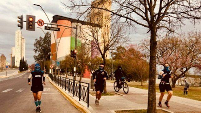 Por la ciudad: Florencia Schlie y Ricardo España junto al entrenador Leonel Lucci recorren el circuito de 42.195 kms