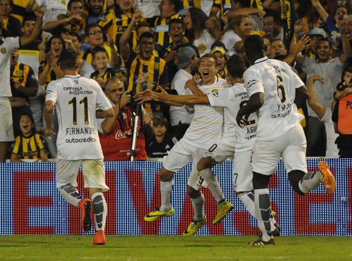 Marco Ruben se llena la boca de gol y sus compañeros se suman al festejo. Fue en el ocaso del partido. (Foto: A. Celoria)